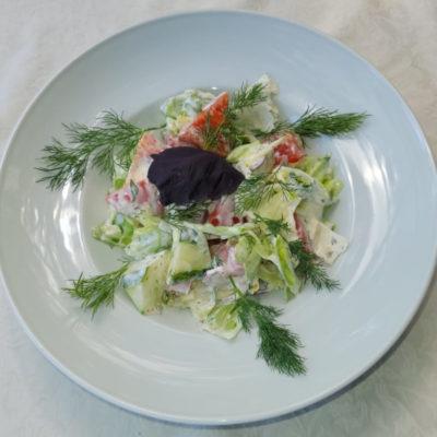Салат с бабушкиной грядки со сметаной